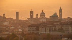 贝加莫 意大利 一个早晨风景的寄生虫鸟瞰图在老镇的在秋季期间 库存图片