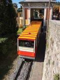 贝加莫 红色缆索铁路在老城贝加莫留下驻地在圣Vigilio小山 免版税图库摄影