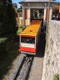 贝加莫 红色缆索铁路在老城贝加莫留下驻地在圣Vigilio小山 免版税库存照片