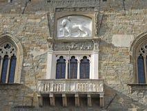 贝加莫-老城市 环境美化在圣徒威尼斯出现的Marco标志狮子古老Administrati的 免版税库存照片