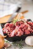 贝多芬 未加工的切的牛肉肉大蒜蒜盐胡椒和迷迭香 库存图片