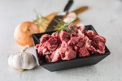 贝多芬 未加工的切的牛肉肉大蒜蒜盐胡椒和迷迭香 库存照片
