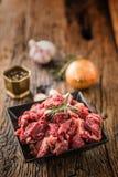 贝多芬 未加工的切的牛肉肉大蒜蒜盐胡椒和迷迭香 免版税库存图片
