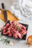 贝多芬 未加工的切的牛肉肉大蒜蒜盐胡椒和迷迭香 免版税库存照片