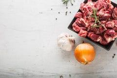贝多芬 未加工的切的牛肉肉大蒜蒜盐胡椒和迷迭香 图库摄影