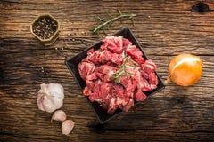 贝多芬 未加工的切的牛肉肉大蒜蒜盐胡椒和迷迭香 免版税图库摄影