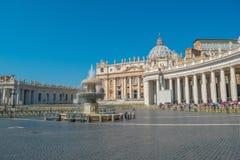 贝尔尼尼的喷泉和圣皮特圣徒・彼得的广场在梵蒂冈 免版税库存图片