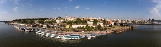 贝尔格莱德从萨瓦河的都市风景全景 免版税库存图片