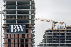 贝尔格莱德在高层建筑物建筑的江边商标坐 免版税图库摄影