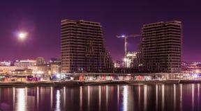 贝尔格莱德江边大厦过程中与满月 免版税库存照片