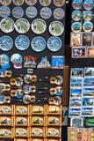 贝尔格莱德,塞尔维亚- 2016年7月19日, :冰箱代表塞尔维亚全国文化和服装的磁铁纪念品 免版税图库摄影