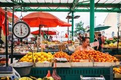 贝尔格莱德,塞尔维亚- 2016年7月19日, :的另外人农夫在贝尔格莱德,塞尔维亚销售Zeleni Venac 免版税库存照片