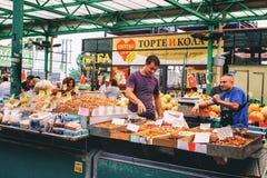 贝尔格莱德,塞尔维亚- 2016年7月19日, :的另外人农夫在贝尔格莱德,塞尔维亚销售Zeleni Venac 库存照片