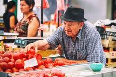 贝尔格莱德,塞尔维亚- 2016年7月19日, :的另外人农夫在贝尔格莱德,塞尔维亚销售Zeleni Venac 免版税库存图片