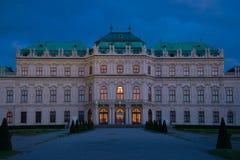 贝尔维德雷宫的门面在4月微明下 维也纳 奥地利 免版税图库摄影