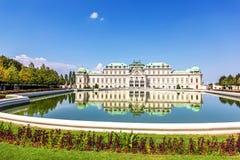 贝尔维德雷宫,南门面,从池塘,维也纳的看法 免版税库存图片