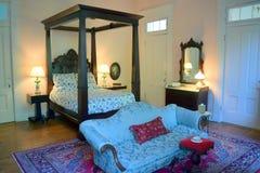 贝尔蒙特战前种植园盛大有四根帐杆的卧床床和梳妆台 免版税库存照片