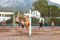 贝尔迪比,土耳其,2018年10月14日打在旅馆复杂俱乐部的海滩的一个小组年轻人排球 免版税库存图片