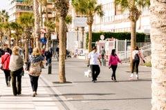 贝尼多姆,西班牙- 2018年1月14日:享受假日的人们在贝尼多姆,西班牙 免版税库存图片