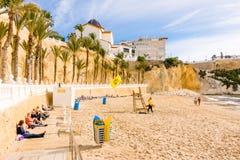 贝尼多姆,西班牙- 2018年1月14日:享受在Cala Mas舞步海滩的人们假日在贝尼多姆,阿利坎特,西班牙 库存图片