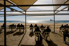 贝尼多姆,西班牙- 2018年1月14日:休息在公开贝尼多姆莱万特的人们使图书馆地区靠岸 库存图片