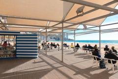 贝尼多姆,西班牙- 2018年1月14日:休息在公开贝尼多姆莱万特的人们使图书馆地区靠岸 免版税库存图片