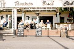 贝尼多姆,西班牙- 2018年1月14日:坐在一个边路咖啡馆的游人在莱万特使贝尼多姆靠岸,西班牙地区  库存图片