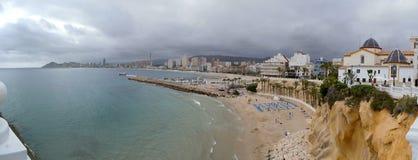贝尼多姆,阿利坎特,西班牙;2019-04-29:贝尼多姆海滩全景在阿利坎特,西班牙 免版税图库摄影