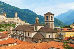 贝林佐纳美丽的古城在有Collegiata dei的Ss瑞士 彼得罗e斯特凡诺教会和Castelgrande 免版税库存图片