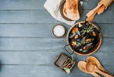 贝类淡菜用柠檬和草本在木 库存照片