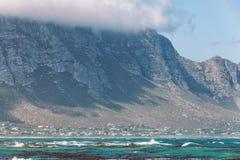 贝蒂的在海洋和山之间的海湾镇 免版税库存照片