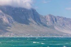 贝蒂的在海洋和山之间的海湾镇 免版税库存图片