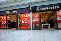 贝辛斯托克,英国- 2017年1月04日:季风商店前面和装饰有50%的时尚商店销售标志 库存图片