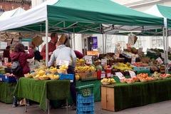 贝辛斯托克,英国- 2016年1月04日:未认出的市场贸易商和顾客水果和蔬菜的在集市广场失去作用Ba的 图库摄影