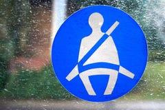 贝辛斯托克,英国- 2016年1月09日:紧固在一辆公共交通工具公共汽车的窗口的安全带标志 免版税库存照片