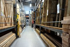 贝辛斯托克,英国- 2016年12月05日:B&Q大型商场的木头和木材部分 B&Q是拥有的一个主要DIY住所改善链子 免版税库存图片