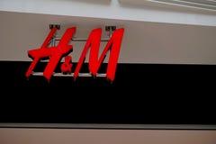 贝辛斯托克,英国- 2017年1月06日:H&M时尚商店的商店前面标志在节日放,贝辛斯托克 免版税库存照片