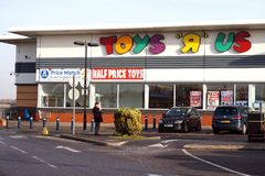 贝辛斯托克,英国- 2016年12月05日:Toys R Us大型商场的外部 Toys R Us是玩具商店一个国际链子  图库摄影