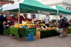 贝辛斯托克,英国- 2016年1月04日:未认出的市场贸易商和顾客果子的在集市广场失去作用在贝辛斯托克Hamp 库存照片