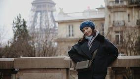 贝雷帽和外套身分的时髦的妇女在埃菲尔铁塔的大道在巴黎 股票视频
