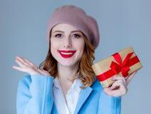 贝雷帽的妇女有圣诞节礼物的 图库摄影