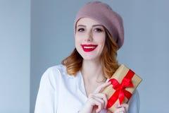 贝雷帽的妇女有圣诞节礼物的 免版税图库摄影