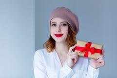 贝雷帽的妇女有圣诞节礼物的 免版税库存图片