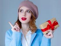 贝雷帽的妇女有圣诞节礼物的 免版税库存照片