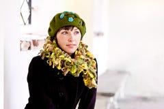 贝雷帽绿色妇女年轻人 免版税库存图片