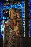 贞女的雕象在克莱蒙费朗大教堂里  库存照片