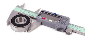 负担和在白色背景的电子轮尺 免版税库存照片