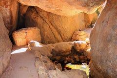 负担在石峰国家历史文物,加利福尼亚的谷洞的入口 图库摄影