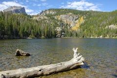 负担岩石湖山的国家公园 库存照片