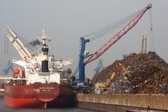 负荷金属废料船 免版税库存图片